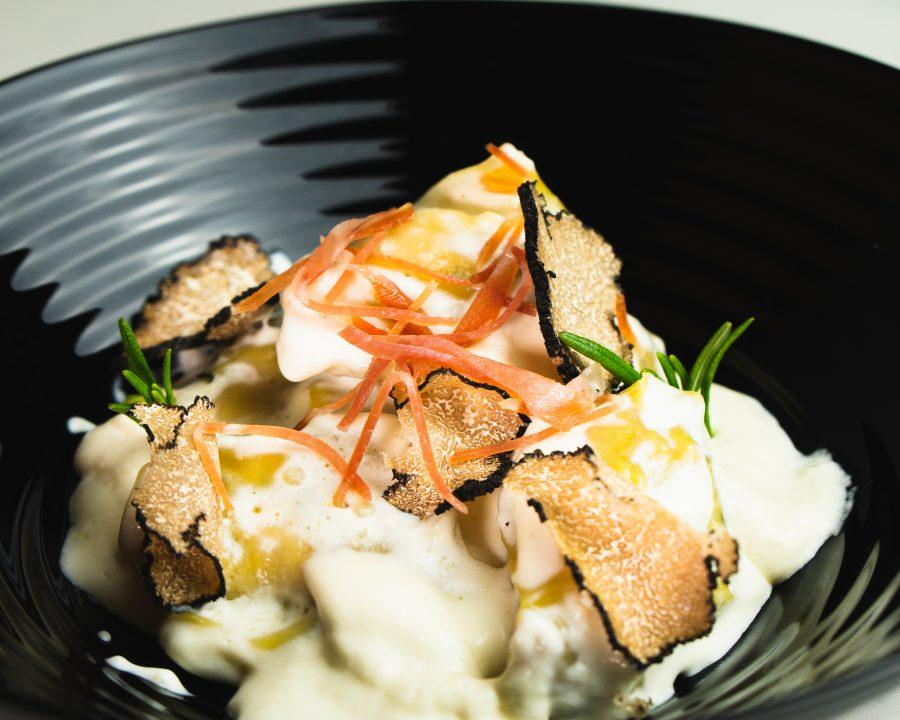 Raviolis de trufa y pollo con crema de parmesano
